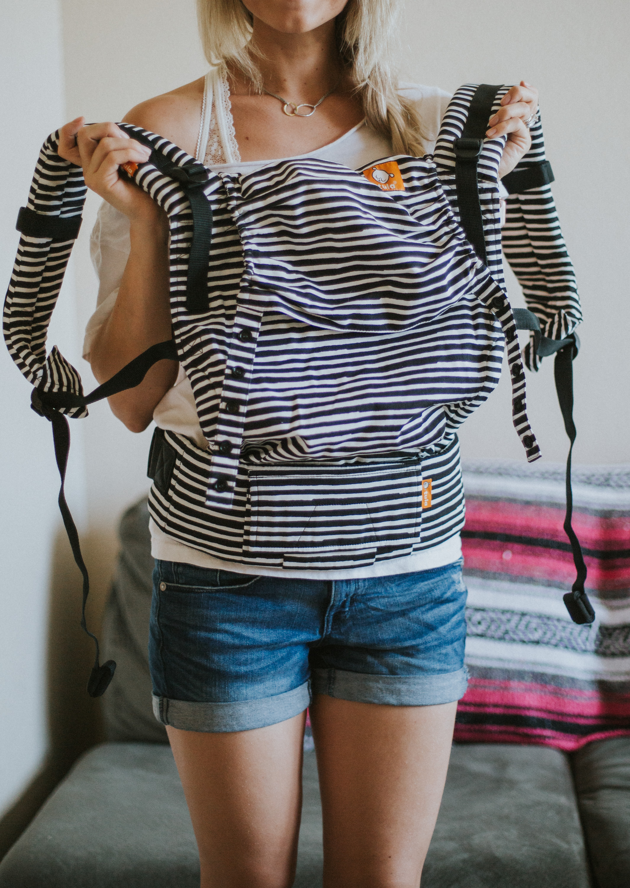 Mom blogger Larissa of Living in Color blog shares tips on how to breastfeed in a baby carrier, the Tula soft structured baby carrier. Read more now.